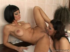 Sandy and Cindy Hope eat each other lady juice